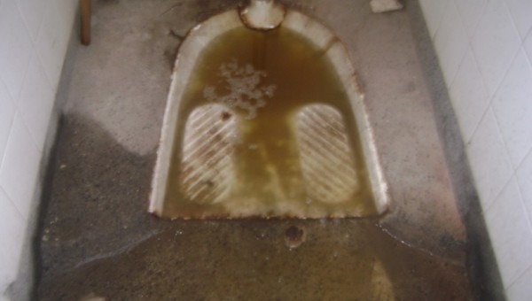 Запушена тоалетна тип клекало