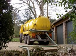 Камион за отпушване на септични ями